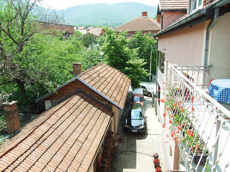 pogled u dvoriste - besplatan parking